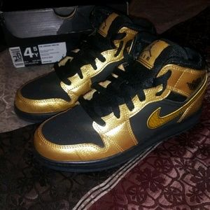 b3ae3d8c1714 Air jordan retro 1 size 4.5y black and gold
